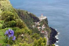 Vue supérieure du phare et de l'Océan Atlantique San Miguel Photo stock