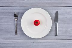 Vue supérieure du plat blanc avec la tomate Photo stock