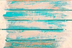 Vue supérieure du sable de plage sur la vieille planche en bois à l'arrière-plan bleu de peinture de mer Images libres de droits