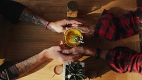 Vue supérieure du smoothie et des couples affectueux tenant des mains clips vidéos