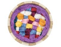 Vue supérieure du tricotage dans un panier en bois Photo stock