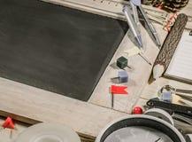 vue supérieure en bois de table du panneau de craie Photo libre de droits