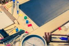 vue supérieure en bois de table du panneau de craie Photographie stock