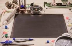 vue supérieure en bois de table du panneau de craie Image stock