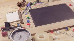 vue supérieure en bois de table du panneau de craie Images stock