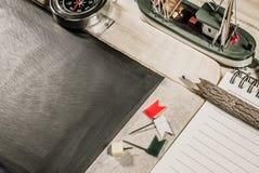 vue supérieure en bois de table du panneau de craie Photo stock