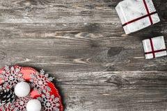 Vue supérieure et supérieure, des cadeaux de Noël et d'un plat avec les flocons de neige décoratifs faits maison sur un fond rust Photos libres de droits