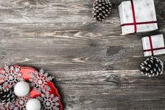 Vue supérieure et supérieure, des cadeaux de Noël et d'un plat avec les flocons de neige décoratifs faits maison sur un fond rust Image stock
