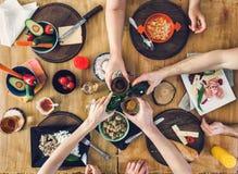 Vue supérieure, groupe de personnes s'asseyant à la table avec la nourriture, appréciant une boisson Photos stock