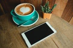 Vue supérieure la tasse avec du café a une forme de coeur sur le pho supérieur et futé Photos libres de droits