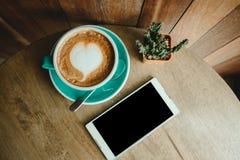 Vue supérieure la tasse avec du café a une forme de coeur sur le pho supérieur et futé Photographie stock