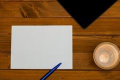 Vue supérieure - lieu de travail avec un papier blanc Photos libres de droits