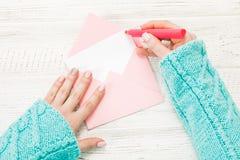 Vue supérieure Main de lettre d'amour d'écriture de fille Photos stock
