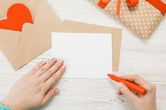 Vue supérieure Main de lettre d'amour d'écriture de fille Images stock