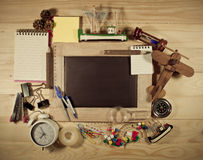 Vue supérieure noire et en bois de table du panneau de craie Photo libre de droits