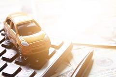 Vue supérieure ou configuration plate de modèle et de calculatrice miniatures de voiture sur l'argent américain d'argent liquide  photo stock