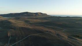 Vue supérieure panoramique de route rurale projectile Paysage pittoresque de partie côtière de paysage accidenté Vue supérieure d banque de vidéos