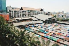 Vue supérieure proche de Ratchada de marché aux puces de train photos stock