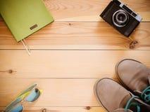Vue supérieure réglée : appareil-photo, bottes, lunettes de soleil, copyspace Image libre de droits