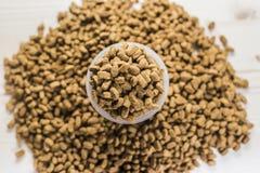 Vue supérieure sèche de tasse de mesure de nutrition d'animal familier Image stock