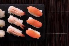 Vue supérieure sélection différente japonaise de nourriture de sushi de diverse Images stock