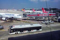 Vue supérieure sur des avions dans l'aéroport d'Istanbul Ataturk Photographie stock
