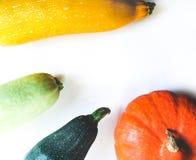 Vue supérieure sur des légumes d'isolement au-dessus de la moquerie blanche de fond  photos libres de droits