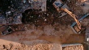 Vue supérieure sur des machines de démolition de chantier de construction banque de vidéos