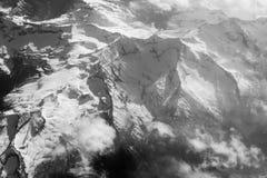 Vue supérieure sur des montagnes Paysage noir et blanc Crête de montagne des roches couvertes par la neige Chaîne de montagne Cha Photographie stock libre de droits