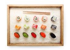 Vue supérieure sur des petits pains de sushi et des baguettes proches gunkan dans le cadre en bois sur le fond et la texture de r Photo libre de droits