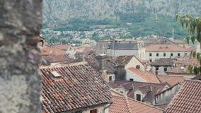 Vue supérieure sur Foofs de vieil Européen Marine Town Near Sea Bay et de montagnes banque de vidéos