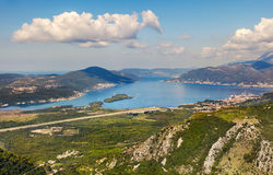 Vue supérieure sur l'aéroport de Tivat, baie de Boka montenegro Photos stock