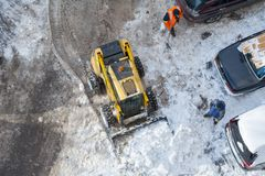 Vue supérieure sur la machine de neige-élimination nettoyant la route Photographie stock