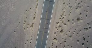 Vue supérieure sur la route dans Death Valley aux Etats-Unis banque de vidéos