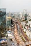 Vue supérieure sur la route de route de Tel Aviv Bâtiments modernes, voitures Centre de tourisme en Israël photos libres de droits