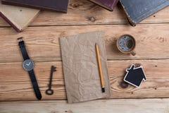 Vue supérieure sur le bureau en bois avec l'espace de livres, de montre et de copie pour photos stock