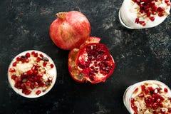 Vue supérieure sur le desset fait maison sain délicieux du muesli, yogh images libres de droits