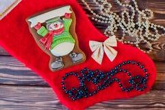 Vue supérieure sur le pain d'épice bon de Noël avec des décorations Image stock