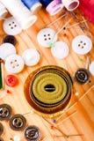Vue supérieure sur le ruban métrique à bord avec des accessoires Photo stock
