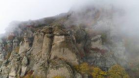 Vue supérieure sur le soulagement de l'automne de roches en brouillard projectile Vue des formations de roche de montagne avec l' photo stock