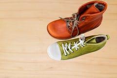 Vue supérieure sur les chaussures en cuir et les espadrilles photo stock