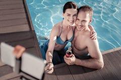 Vue supérieure sur les couples décontractés prenant des selfies dans la piscine Image libre de droits