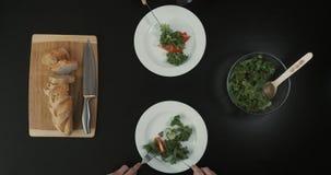 Vue supérieure sur les mains coupant la salade Les gens dînent du déjeuner Concept sain de style de vie Vue supérieure banque de vidéos
