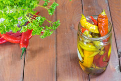Vue supérieure sur les poivrons d'un piment marinés par pot en verre avec Chil frais Photographie stock