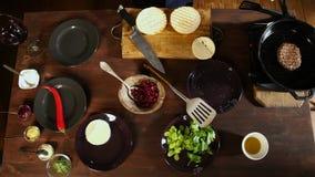 Vue supérieure sur les préparations de processus de l'hamburger Longueur courante L'hamburger Patty est préparé sur la casserole  clips vidéos