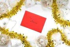"""Vue supérieure sur une enveloppe rouge avec le texte """"à Santa """"entourée avec les décorations blanches et d'or de fête de Noël photos libres de droits"""