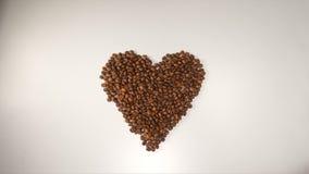 VUE SUPÉRIEURE : Symbole de coeur des grains de café sur un fond blanc Photo libre de droits