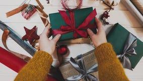 Vue supérieure Table brune en bois décorée de la substance et des guirlandes de Noël Lumières de Noël rouges Fin vers le haut banque de vidéos