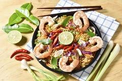 Vue supérieure Tom Yum Kung Noodle Spicy Fried Dried, nouille sèche frite de crevette, nourriture thaïlandaise, nourriture épicée Image libre de droits
