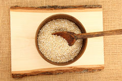 Vue supérieure un bol de farine d'avoine crue photos libres de droits